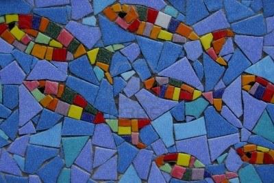 Vidriera de pez con vidrios rotos