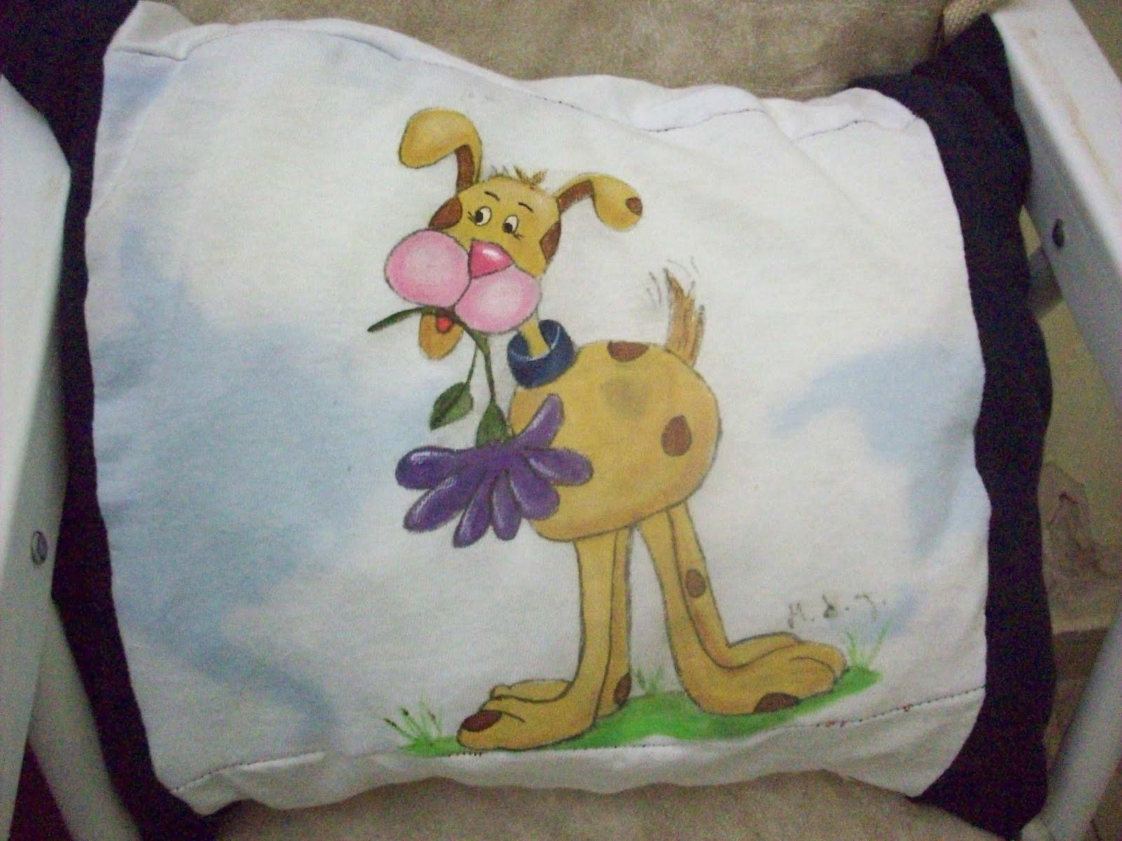 Pintar perrito sobre la tela de un almohadon infantil
